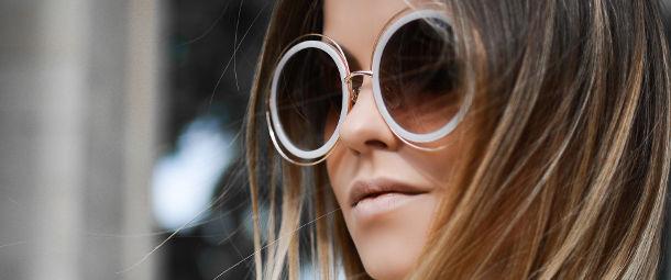 femme avec des lunettes rondes